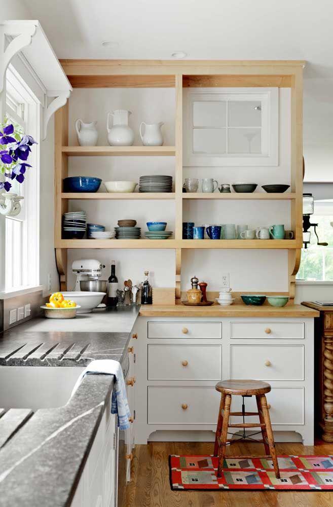 As prateleiras deixam a organização dos pratos, canecas e outros itens na cozinha mais interessante