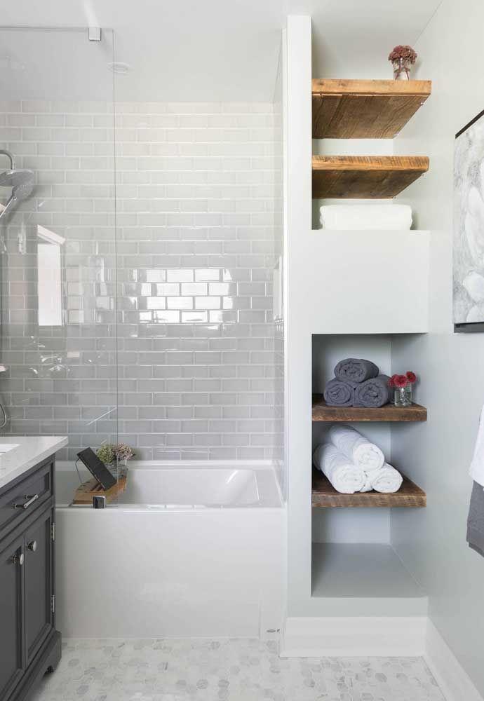 Já aqui, a organização das toalhas contou com as prateleiras no banheiro