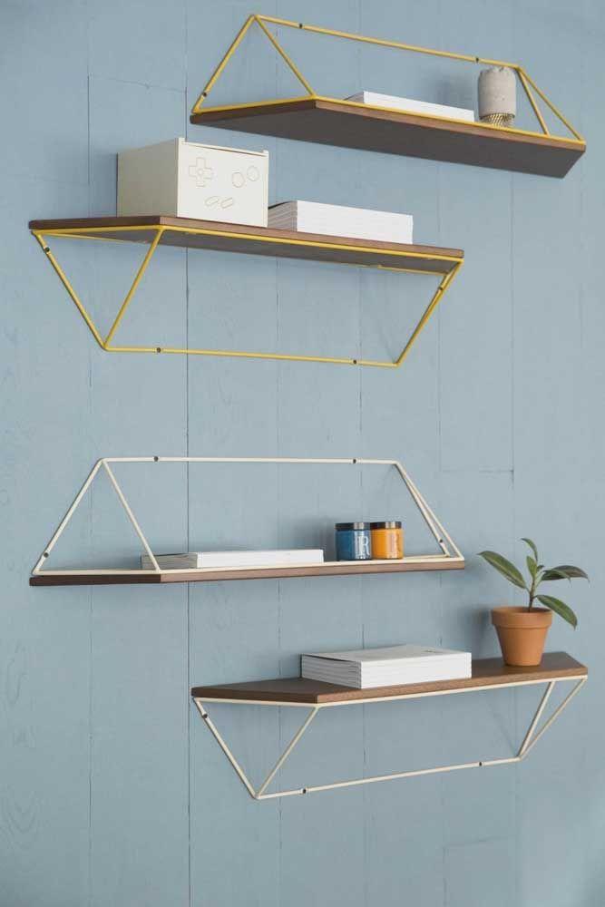 Prateleiras de madeira com suporte inusitado, cheio de formas