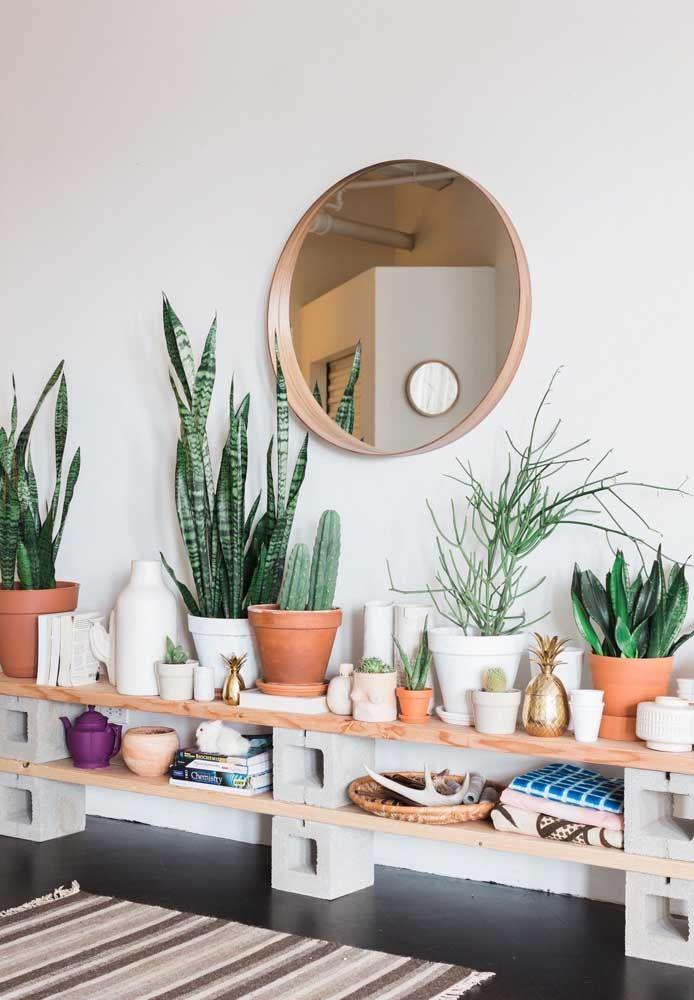 O estilo rústico em destaque com as prateleiras apoiadas em tijolos de concreto; simplicidade com estilo e funcionalidade