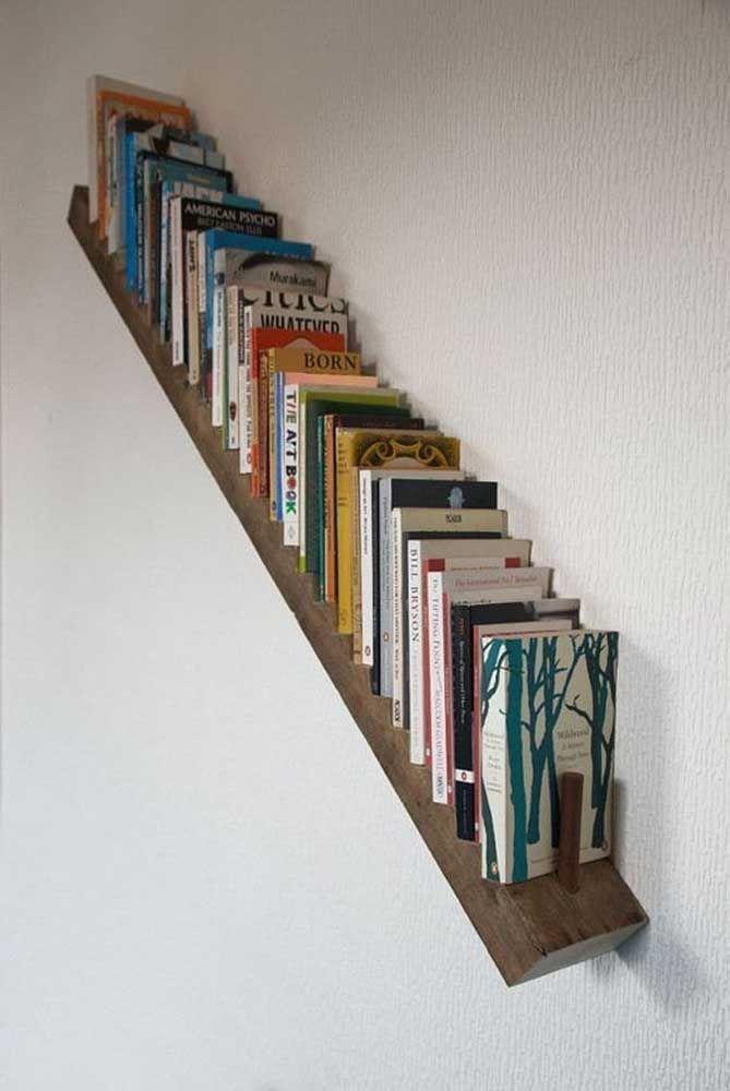 Prateleira de madeira para livros na diagonal