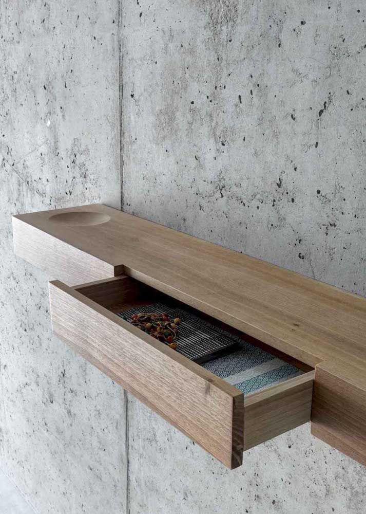 Prateleiras de madeira também podem receber gavetas e outros compartimentos.