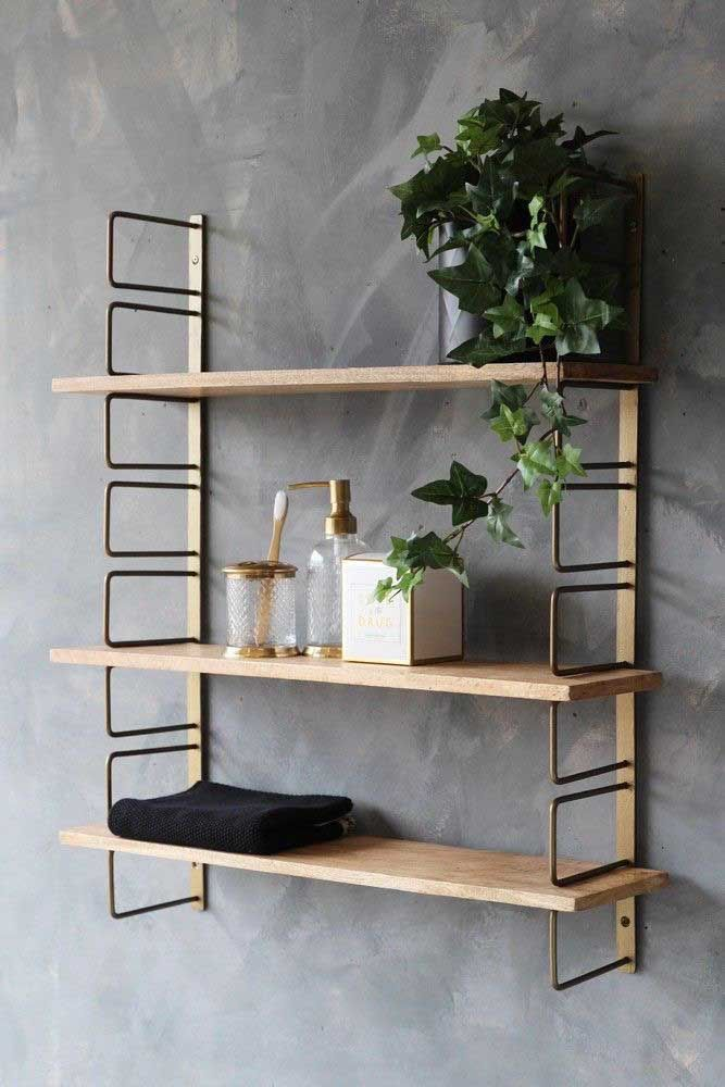 Mais ou menos espaço do jeito que você preferir: aqui é só uma questão de escolha com esse estilo de prateleiras em madeira, com suporte de ferro