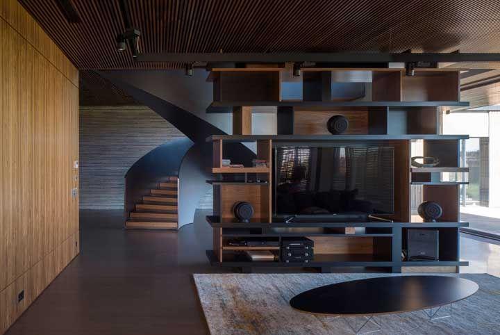 Sala de estar moderna, com prateleiras delimitando os ambientes integrados
