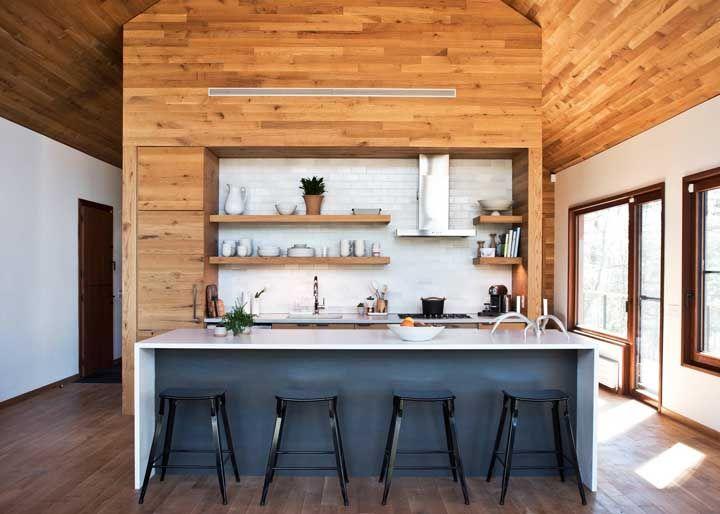 Cozinha americana com prateleiras de madeira ao fundo