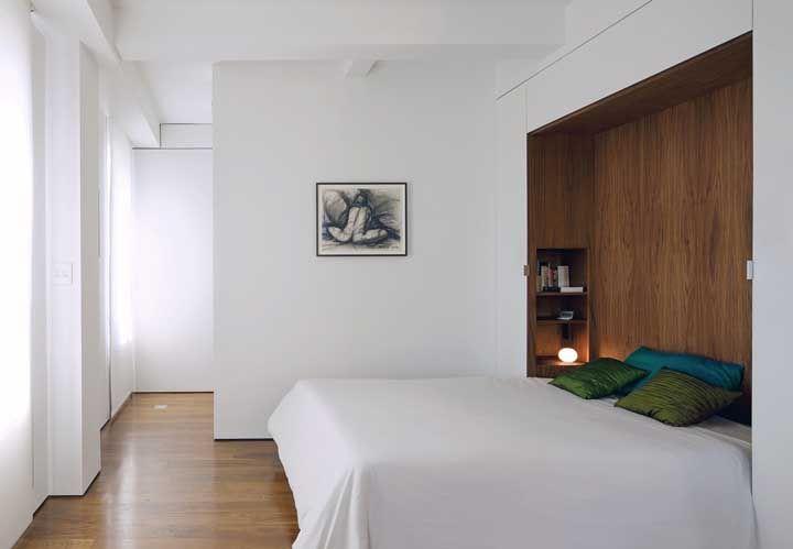 O gabinete da cama de casal com prateleiras é super diferente e bonito. A cor da madeira fala por si só