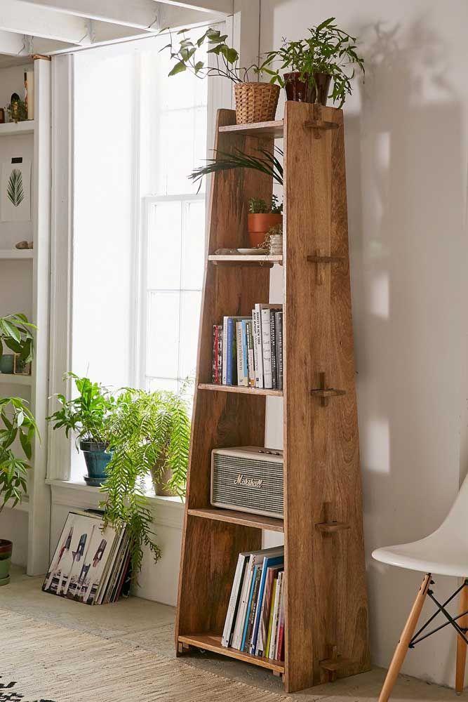 Prateleira em estilo pirâmide; ideal para mudar a cara do ambiente e ainda organizar seus livros