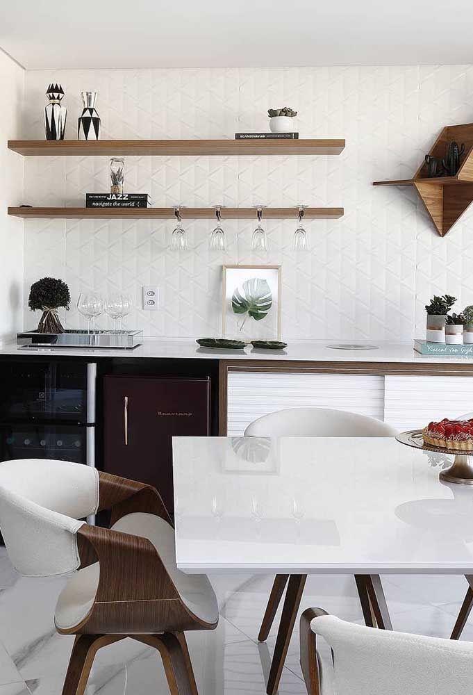 As prateleiras de madeira para a cozinha pequena trazem leve e descontração.
