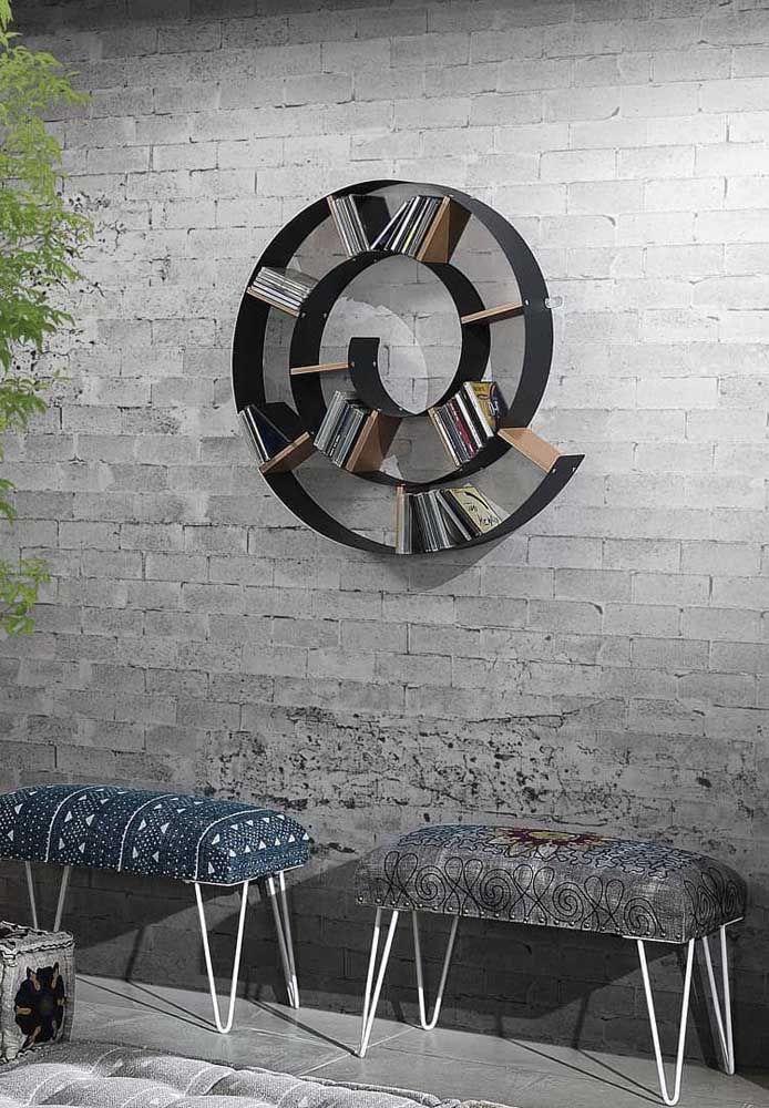 Remetendo à forma de um caracol, o nicho utilizado como estante para livros se mostra muito original na composição da decoração do ambiente