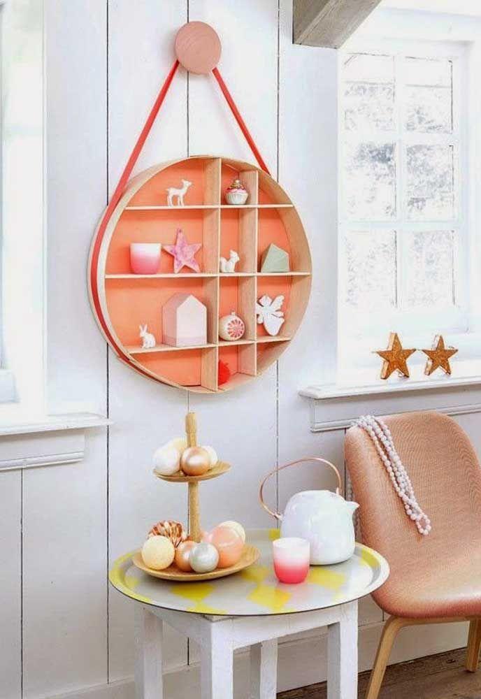 Com cor mais marcante, esse nicho com pequenas divisórias é perfeito para acomodar objetos menores, como coleções, por exemplo