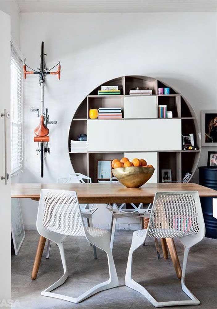 O nicho redondo grande serve aqui como uma prateleira para livros
