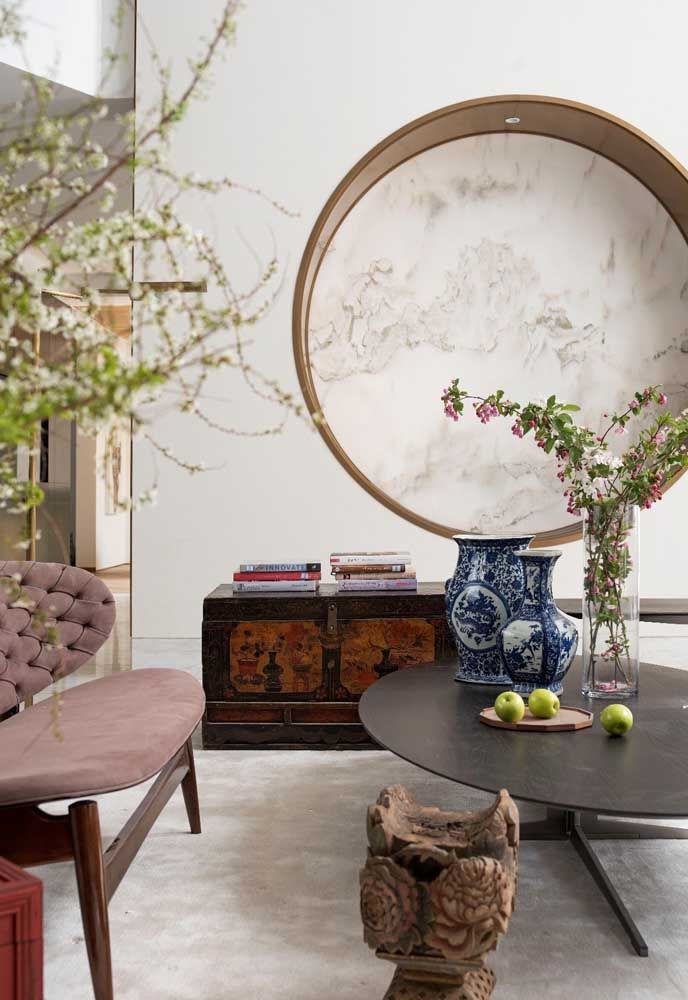 Este nicho redondo e grande traz um detalhe sofisticado no centro: a textura marmorizada