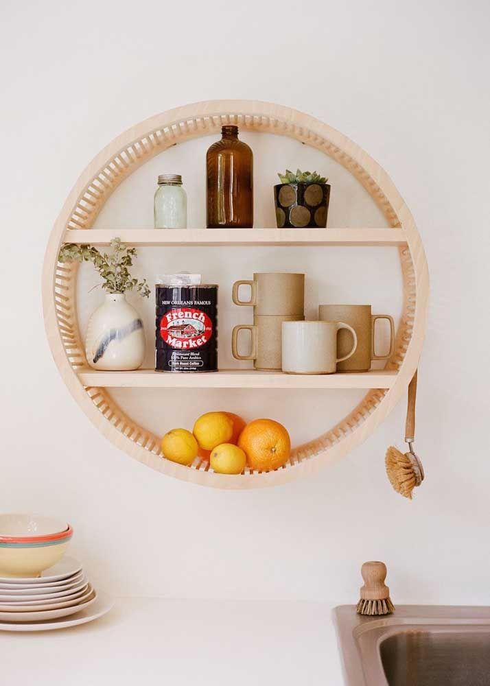 Aqui o nicho é apresentado como um elemento prático, do dia a dia, servindo de apoio para objetos corriqueiros, como as xícaras