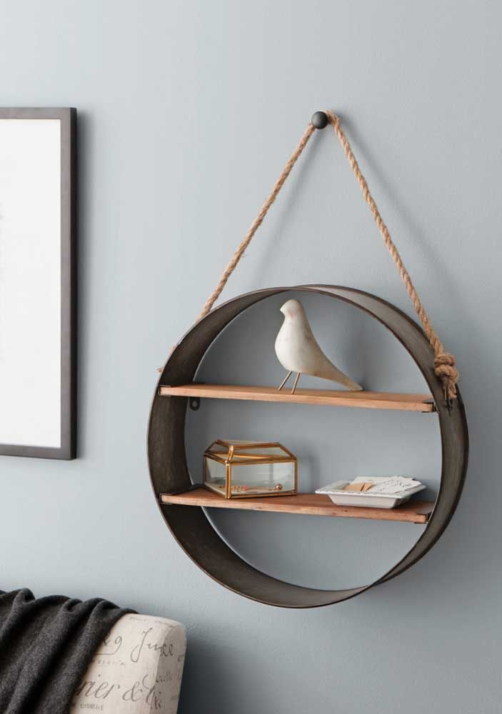 Este nicho une elementos de madeira com uma corda rústica combinando com objetos simples e brancos, que, por sua vez, contrastam com o fundo colorido da parede
