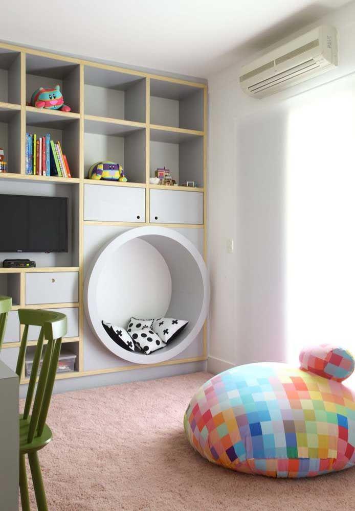 O nicho redondo foi usado aqui como um pequeno sofá; uma maneira diferente de utilizar o nicho
