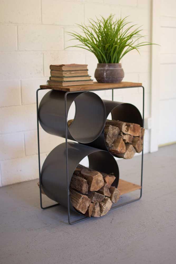 União de três nichos de lata compõe esse pequeno apoio para as lenhas da lareira