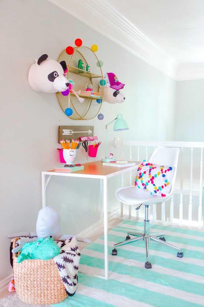 Os pompons coloridos garantem alegria e descontração ao nicho simples redondo