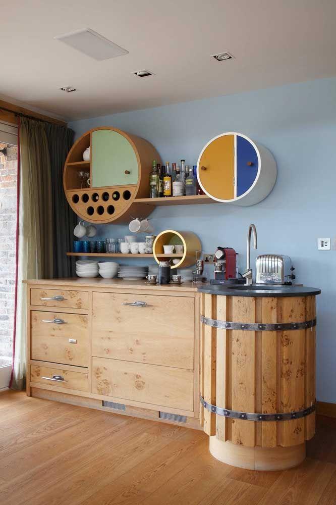 Neste bar os nichos são utilizados de forma muito versátil, ora como armários, ora como porta garrafas