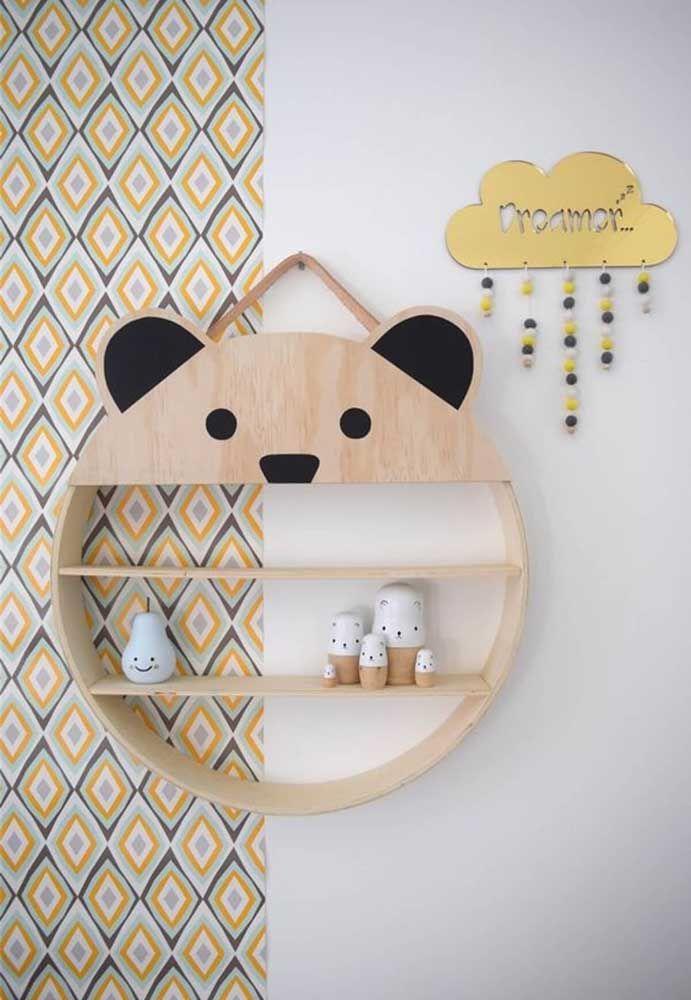 Compondo a decoração de um cômodo infantil aparece o nicho que combina madeira e a face de um ursinho, trazendo leveza e descontração ao ambiente