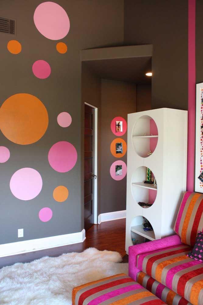 Proposta diferente e interessante nesse ambiente, onde os círculos assumem visual 3D ao serem usados como nichos e 2D ao serem apenas pintados na parede