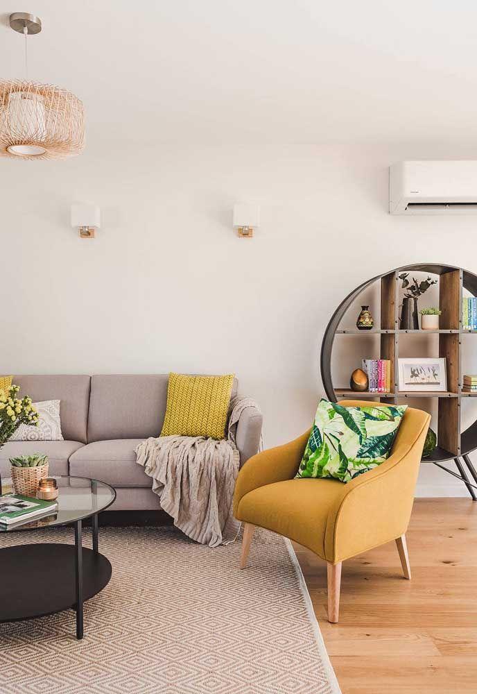 Nesta sala o nicho grande ganha função de estante e acomoda diferentes objetos de forma prática e sofisticada