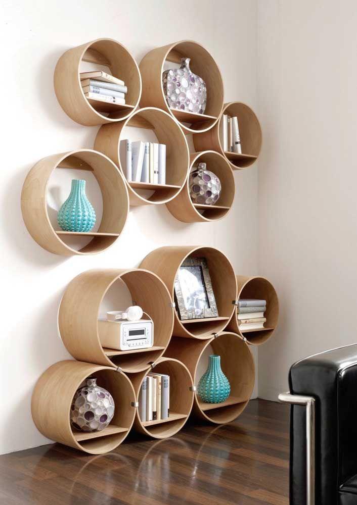 A reunião de vários nichos redondos simula um grande rack, acomodando diferentes objetos