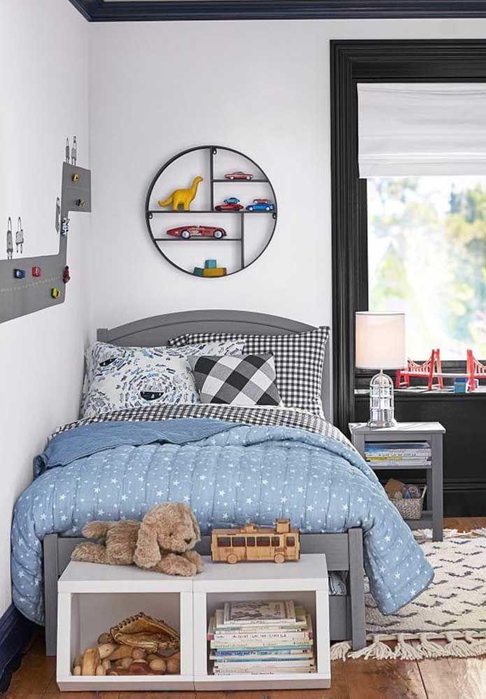 Sobre a cama, o nicho redondo ajuda na organização dos brinquedos, além de ser um elemento importante da decoração