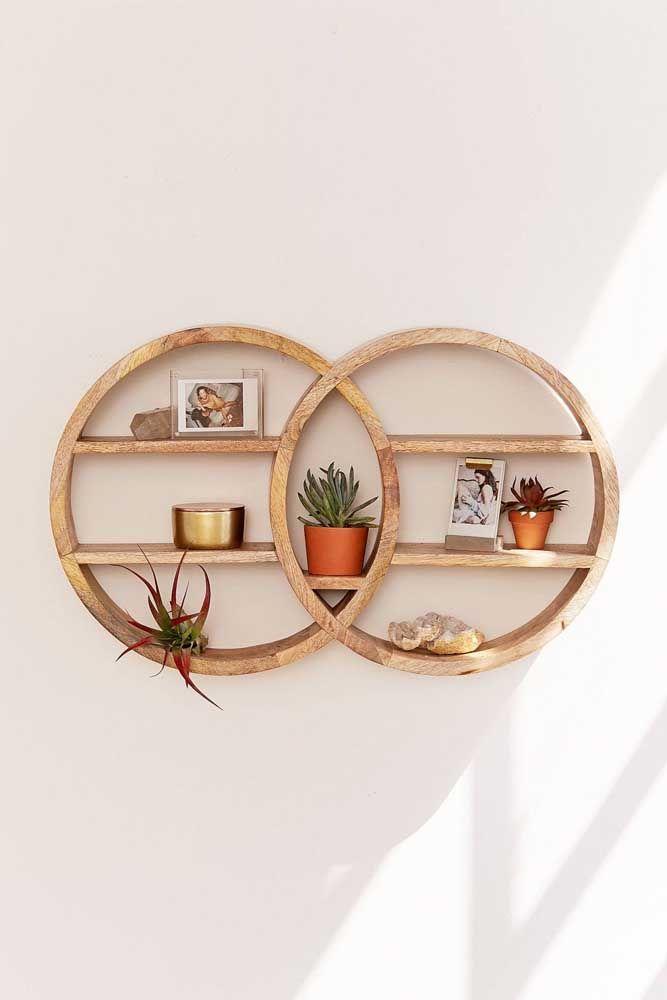 Os nichos entrelaçados de madeira com prateleiras são uma opção muito funcional e altamente decorativa