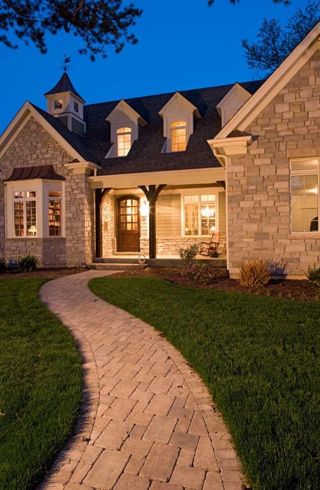 Casa de pedra com calçada em...? Pedra, claro!