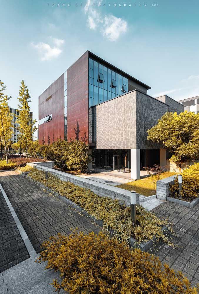 O granito circunda toda a lateral dessa casa de arquitetura moderna