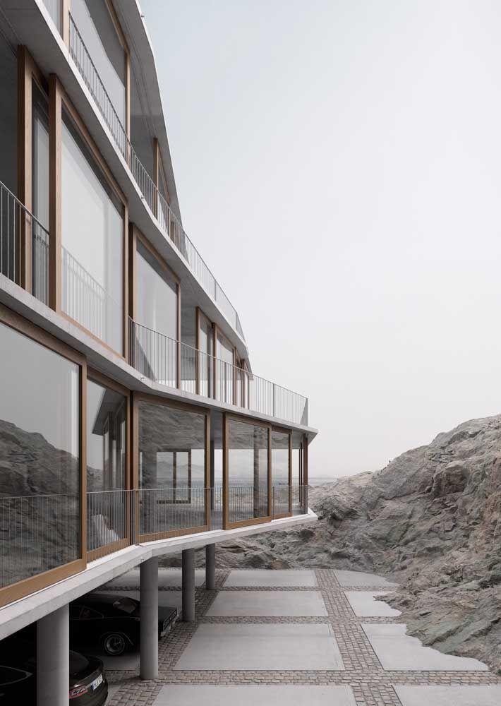 A casa beira mar conta com um piso de granito para a garagem