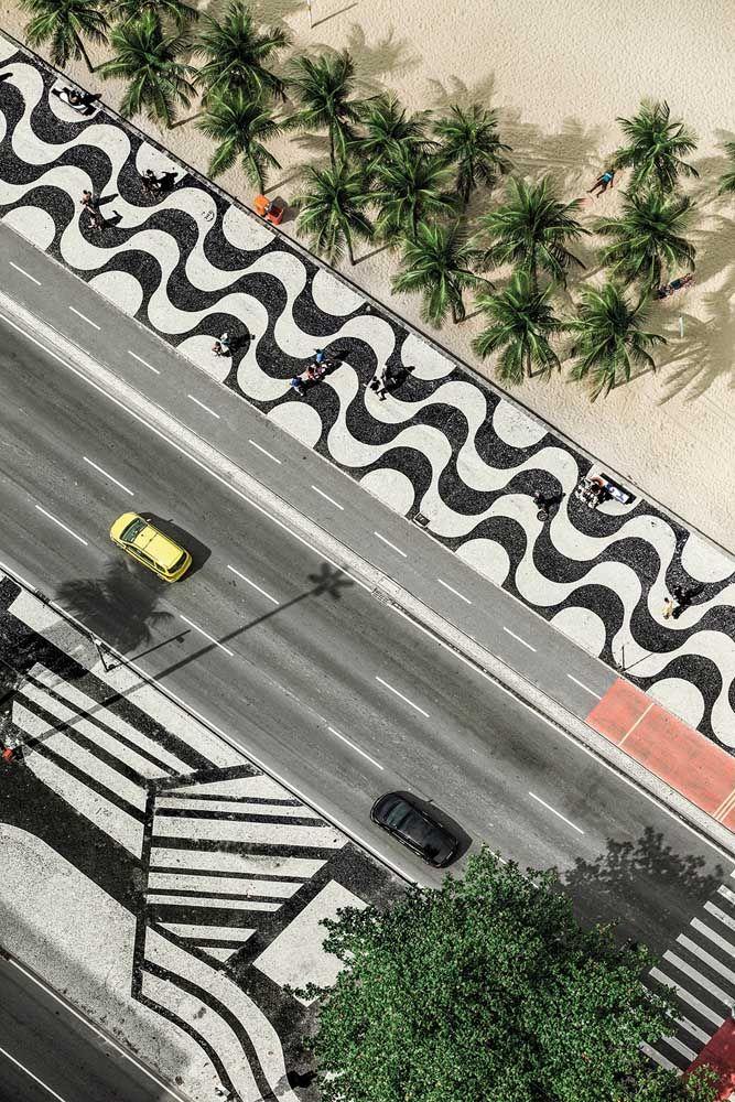 Símbolo nacional, o calçadão de pedra portuguesa na Praia de Copacabana faz sucesso no Brasil e no mundo