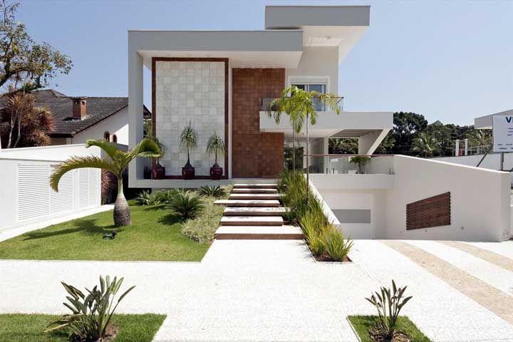 Fachada clean e moderna com pedras portuguesas brancas