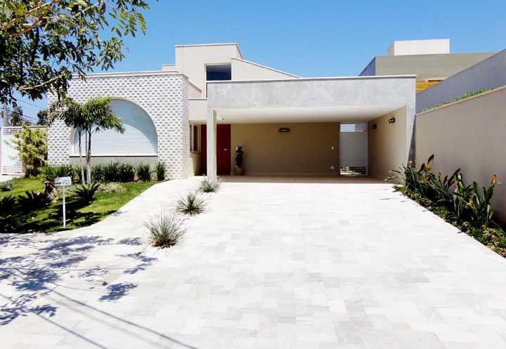 A pedra São Tomé branca garante uniformidade e aparência clean para a fachada