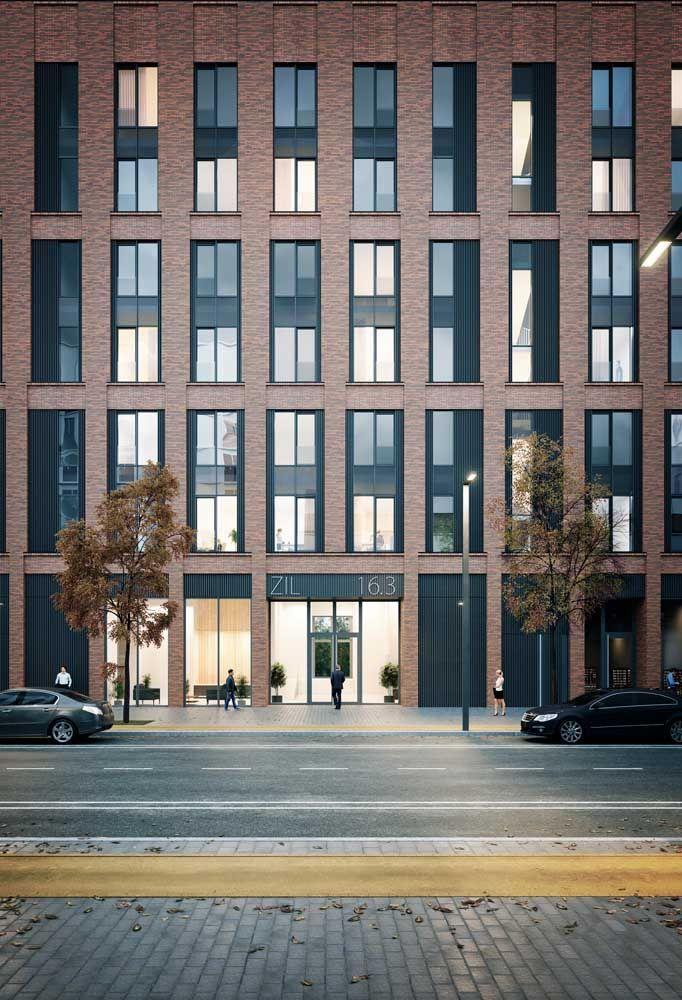 A fachada do prédio ficou completa com a calçada de pedra goiana