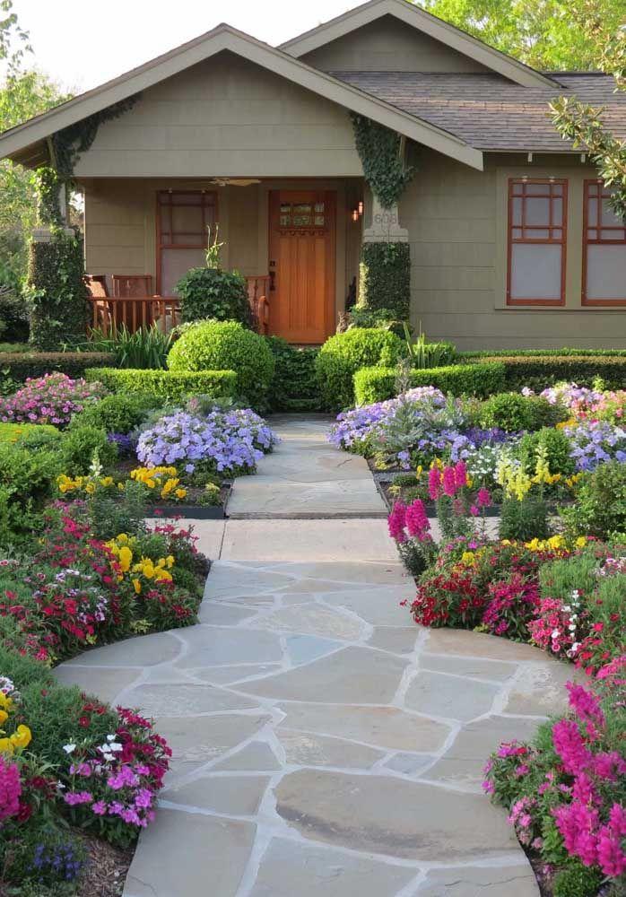 Como valorizar uma casa simples e pequena? Com uma calçada bem feita e um belo jardim em volta