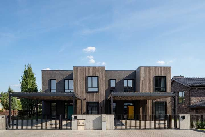 O visual moderno e despojado dessa casa combinou muito bem com o piso de pedras drenantes