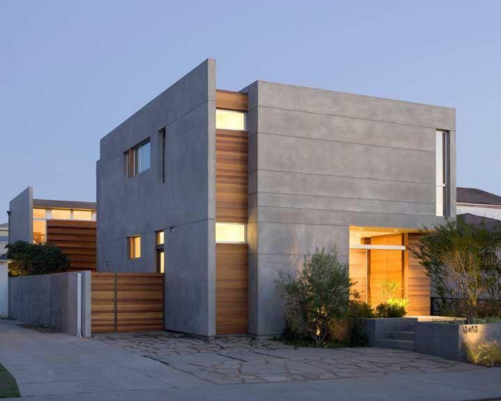 A construção moderna ganhou uma calçada de pedras basalto em formato irregular