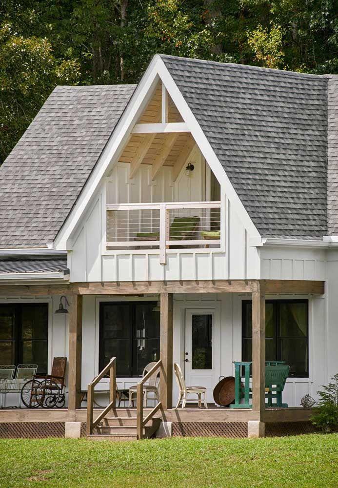 Casa de fazenda com uma típica varanda para ver os dias passando devagar