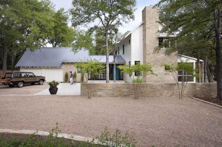 Pedra e madeira tomam o cenário da fachada dessa casa de fazenda