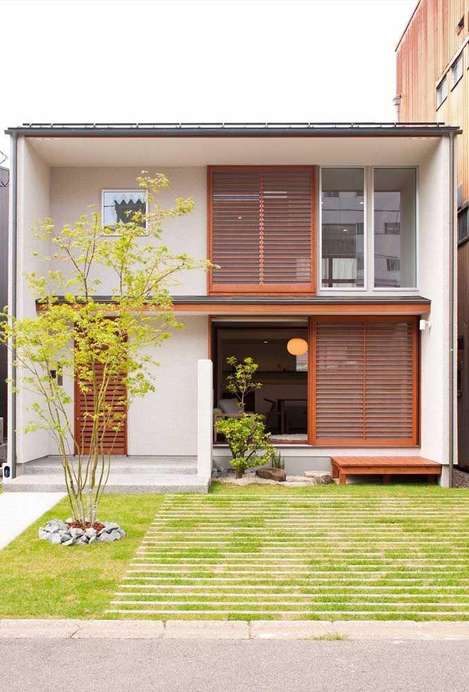 A integração com o jardim externo é o ponto alto desse projeto de casa asiática