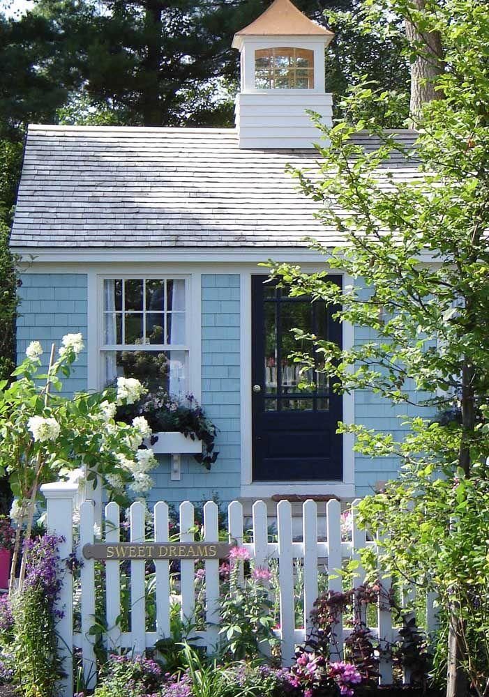O jardim florido transforma essa casa em um refúgio de contos de fadas