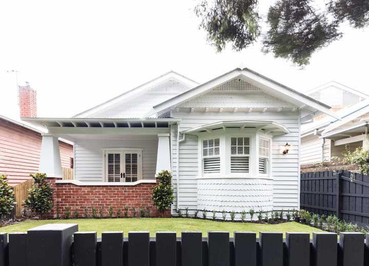A casinha branca de madeira situa-se entre o estilo americano e o europeu de construção