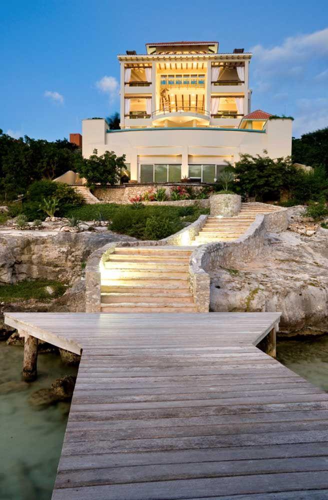 Inspiração mediterrânea para a casa de estilo moderno; o caminho de pedras se sobressai no visual da fachada