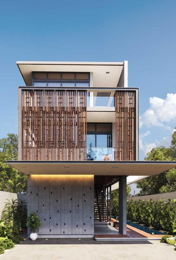 Nessa casa moderna, os vãos amplos e a integração entre as áreas internas e externas se destacam