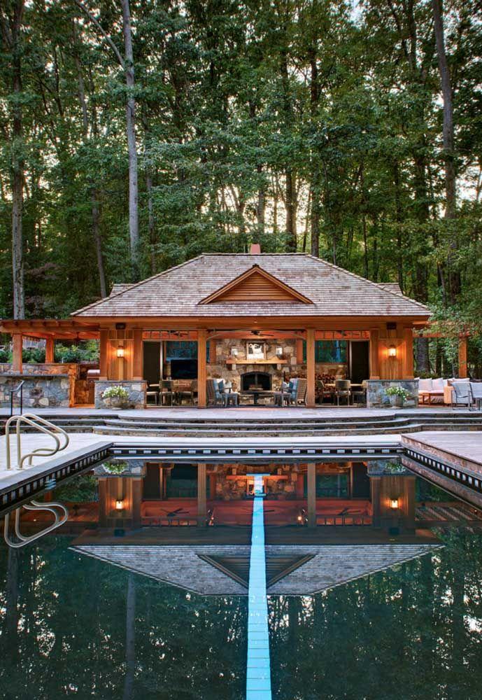 Casa rústica de madeira combina com o quê? Natureza, é claro!