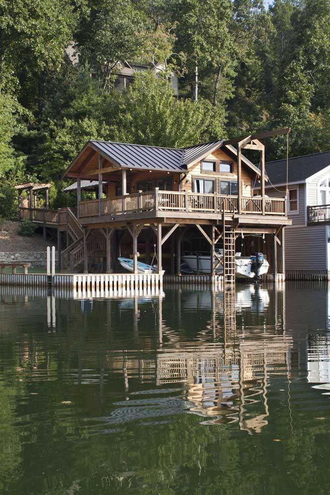Na beira do lago, essa casa rústica de madeira é puro charme