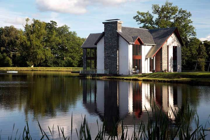 Ao invés de madeira, pedras na fachada dessa casa rústica