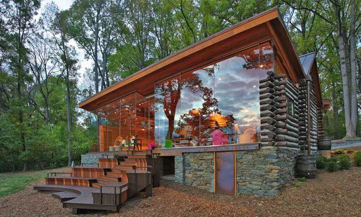 O toque de modernidade nessa casa rústica ficou por conta do vidro