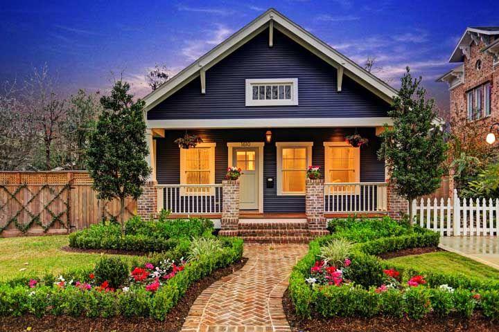 Casa tradicional com jardim na frente; uma bela referência